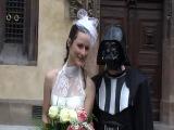 увез невесту в Прагу и пошел под венец в костюме. Но не простом - в костюме Дарта Вейдера!